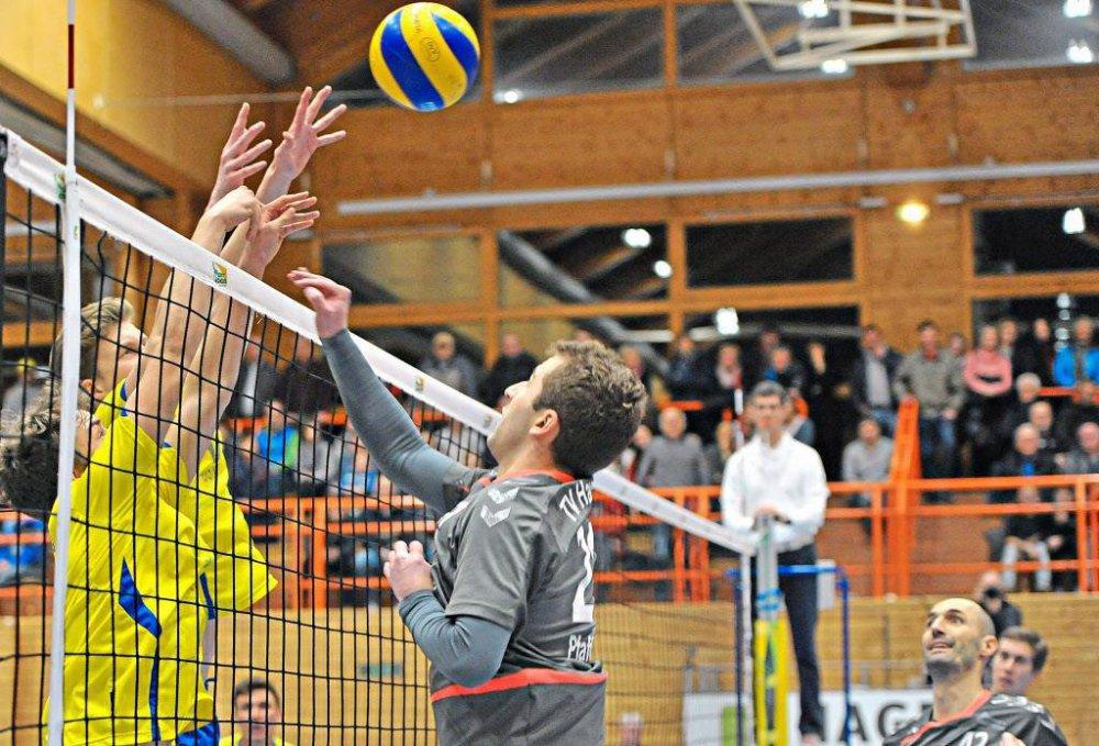 Kein Durchkommen gab es für die Hauzenberger Volleyballer gegen den Block des SV Schwaig II. Der TVH verlor das Match gegen die Bundesliga-Reserve mit 1:3. − Foto: Sven Kaiser